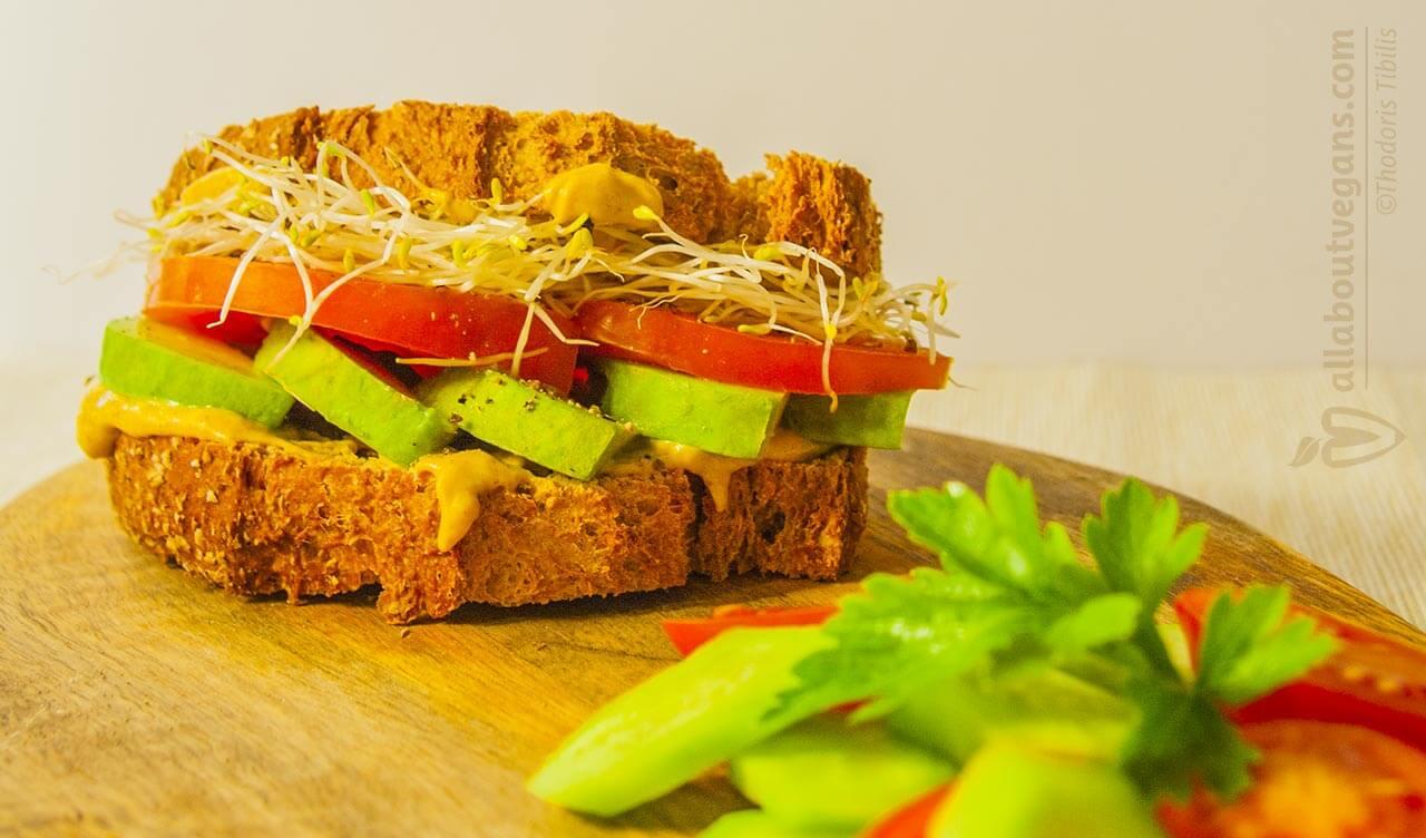 Γρήγορο και γευστικό vegan σάντουιτς με avocado και φύτρες