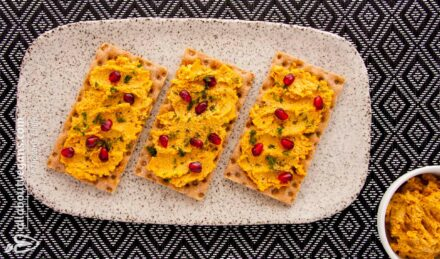 Vegan cheese substitute with cashews and sun-dried tomatoes