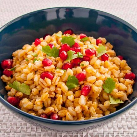 Φωτογραφία από σαλάτα με σιτάρι, ρόδι και φρέσκο κόλιανδρο