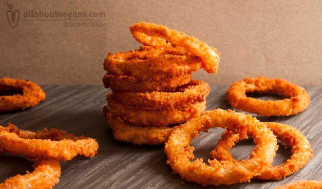 Βίγκαν σπιτικά τηγανητά κρεμμύδια (onion rings)
