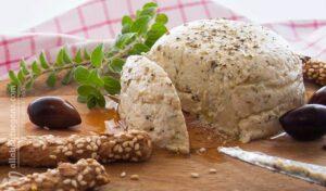 Φωτογραφία από vegan και νηστίσιμη φέτα από τόφου, σερβιρισμένη με φρέσκια ρίγανη, κριτσίνια και ελιές. Μία vegan συνταγή από το All About Vegans.