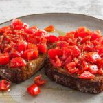 Bruschettas in 10 minutes - With tomato, garlic, oregano and olive oil