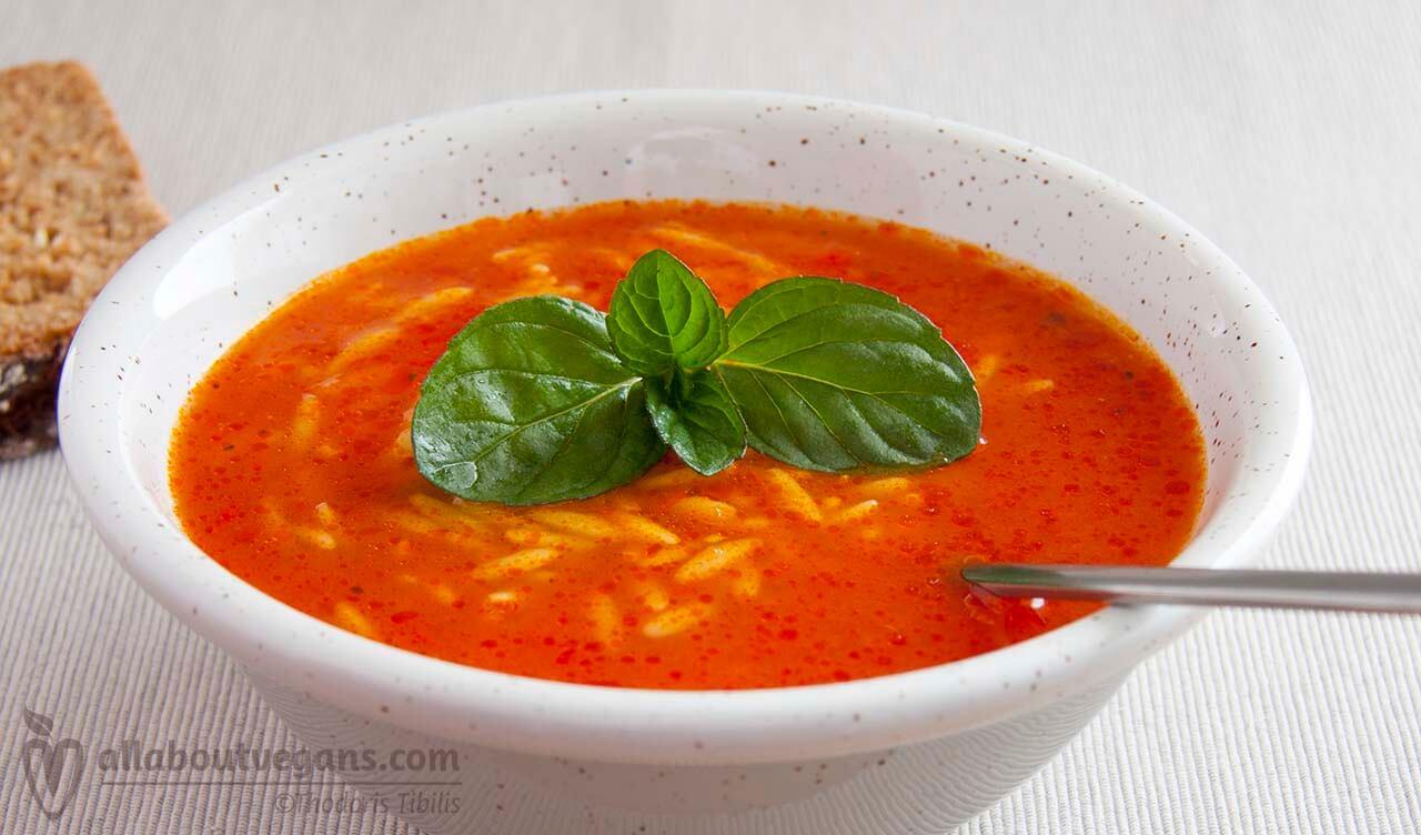 Ντοματόσουπα με κριθαράκι και νότες βασιλικού σε 30 λεπτά