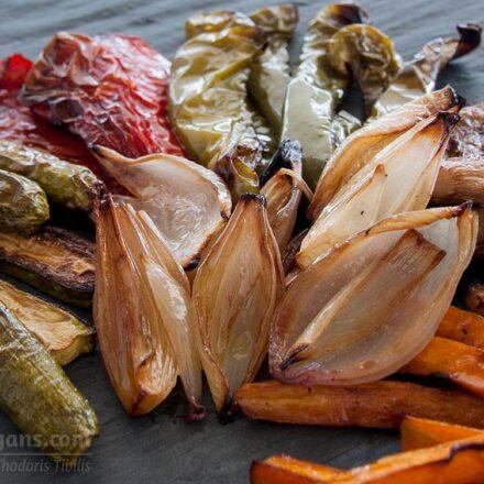Φωτογραφία ψητών μαριναρισμένων λαχανικών (μανιτάρια, κολοκυθάκια, καρότα και πιπεριές. Μια βίγκαν και χορτοφαγική συνταγή από το All About Vegans.