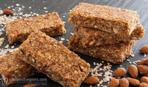Vegan μπάρες δημητριακών με χουρμάδες, βρώμη και αμύγδαλα σε 10′