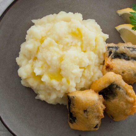 """Φωτογραφία πιάτου με vegan """"μπακαλιάρο"""", από τόφου, με σκορδαλιά και στολισμένο με φέτες λεμονιού και μαϊντανό. Μία λαχταριστή και εύκολη vegan συνταγή από το All About Vegans."""