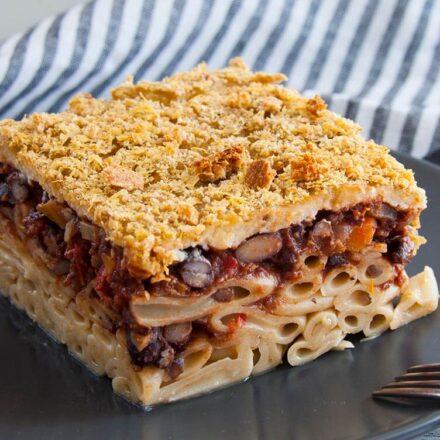 Φωτογραφία από ένα κομμάτι παστίτσο με κιμά από μαύρα φασόλια σε κόκκινη σάλτσα και μπεσαμέλ από γάλα αμυγδάλου. Μία vegan, οπότε και vegetarian, συνταγή από το All About vegans.